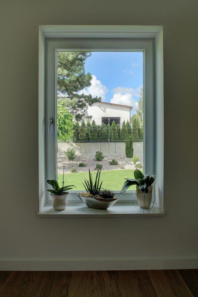 Okno jednoskrzydłowe, o odpowiednich wymiarach, umożliwia porównywanie współczynników przenikania ciepła okien.