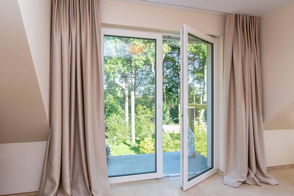 Duże okna, które swoją sztywność zawdzięczają wklejaniu szyb.