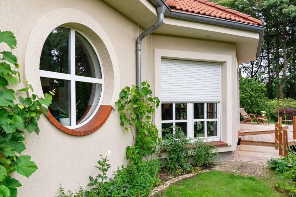 Okrągłe okna podkreślają wyjątkowy charakter budynku.