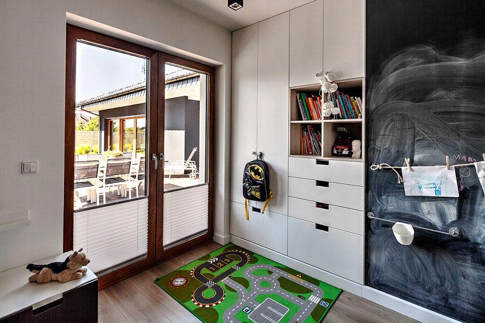 Okna drewnopodobne w pokoju dziecięcym.