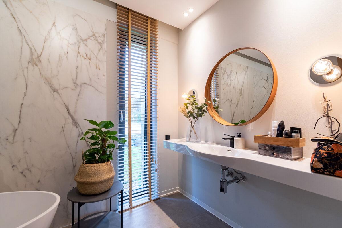 Łazienka z oknem pionowym.