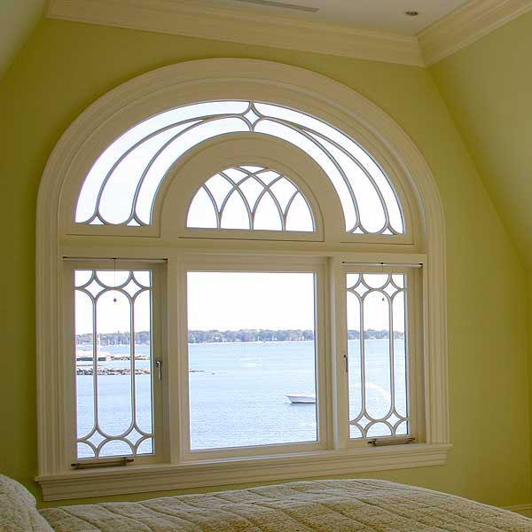 Okno łukowe jako przykład konstrukcji drewnianej o nietypowym kształcie.