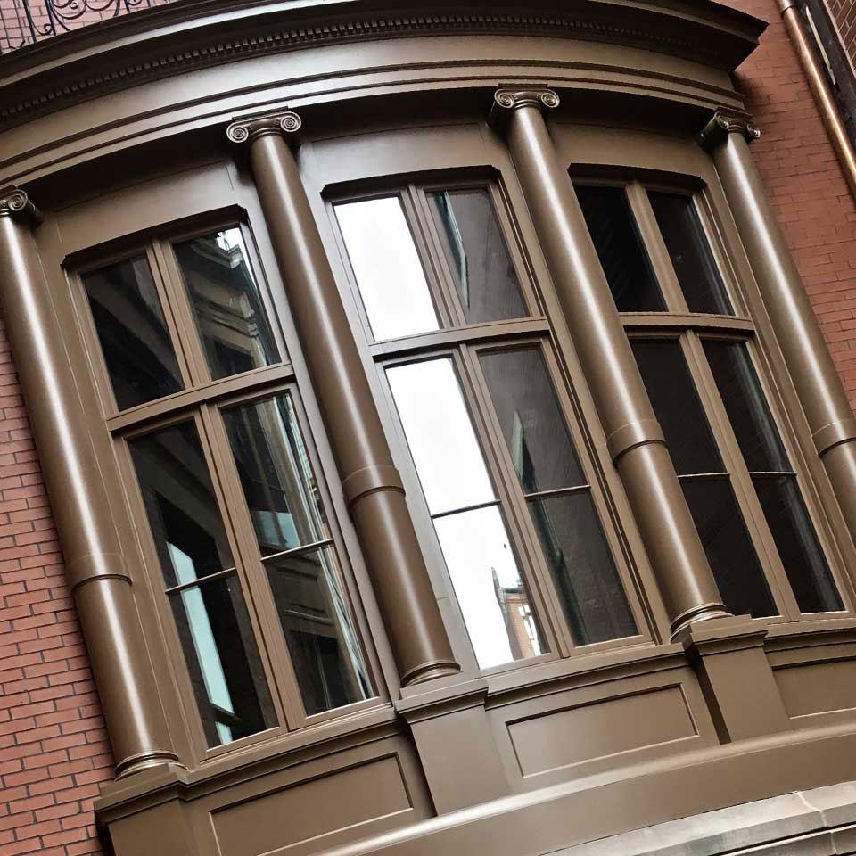 Gięte okno drewniane.