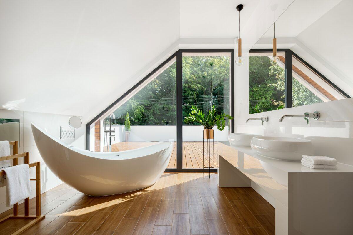 Okno w kształcie trapezu w łazience.