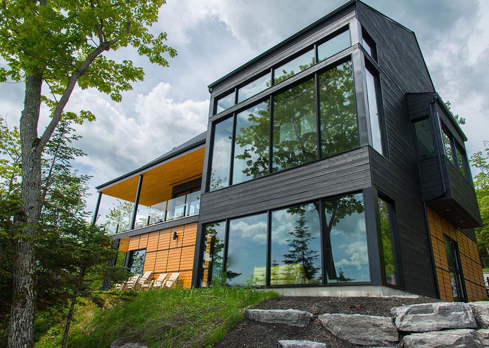 Okna do nowoczesnej stodoły sprawiają, że bryła budynku nabiera lekkości