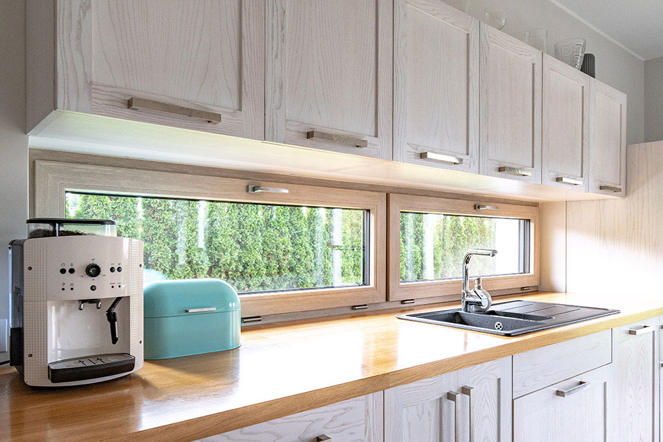Poziome okno w kuchni.