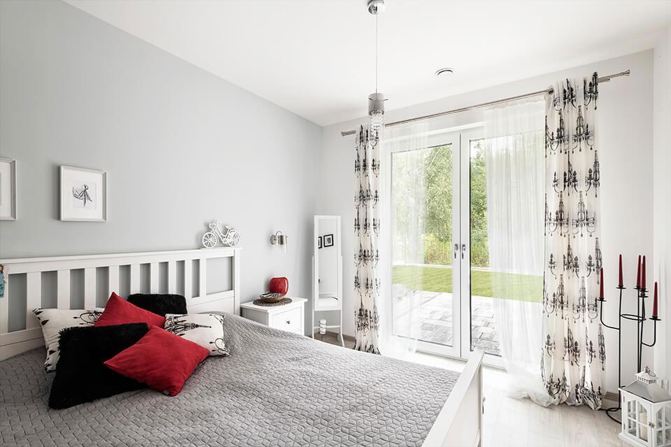 Okna balkonowe w sypialni.