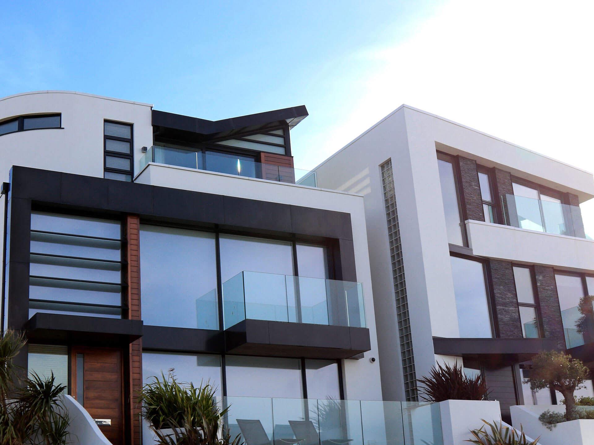 Duże okna drewniane z okładzinami aluminiowymi.