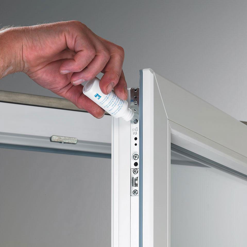 Smarowanie okuć w oknach PVC.