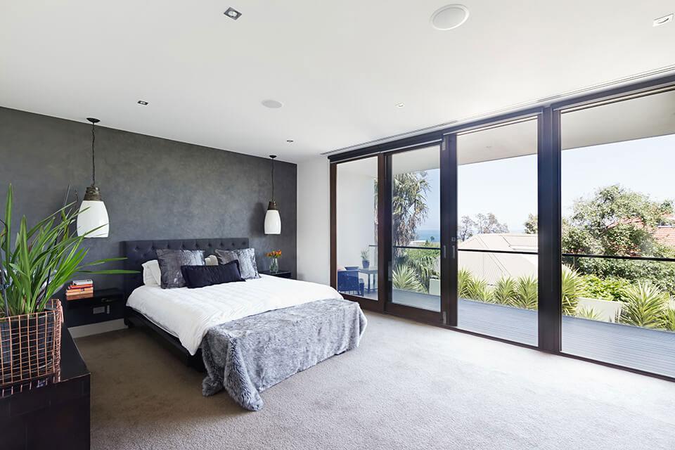 Ciemne okna w sypialni.