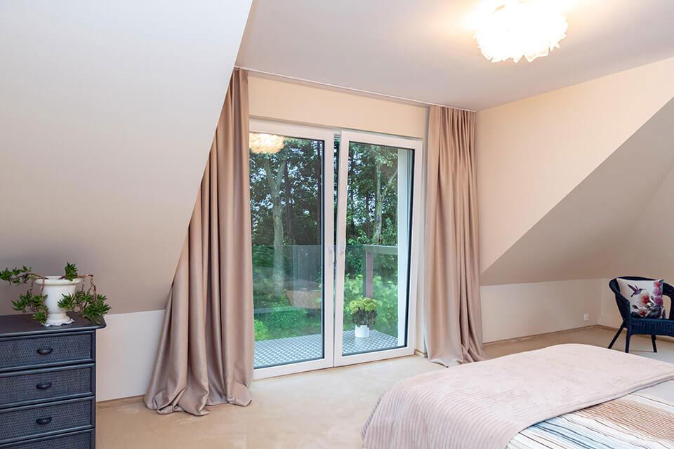 Białe okno w sypialni.