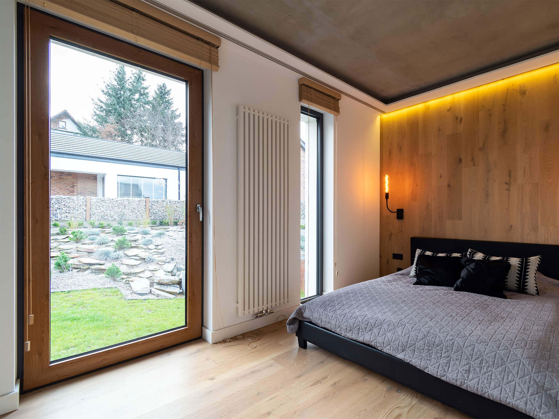 Okno o dużych wymiarach do sypialni.