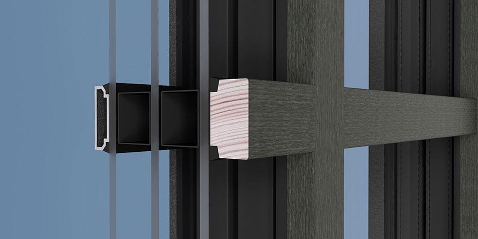 Widok szprosu naklejanego w oknie drewniano-aluminiowym od strony wewnętrznej.