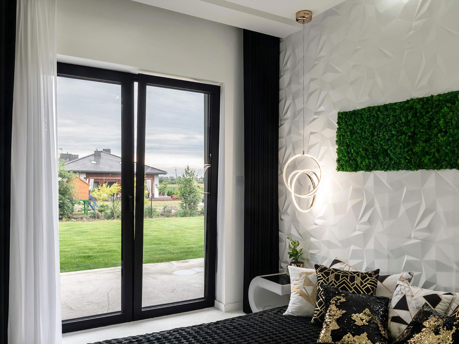 Sypialnia z czarnymi oknami.