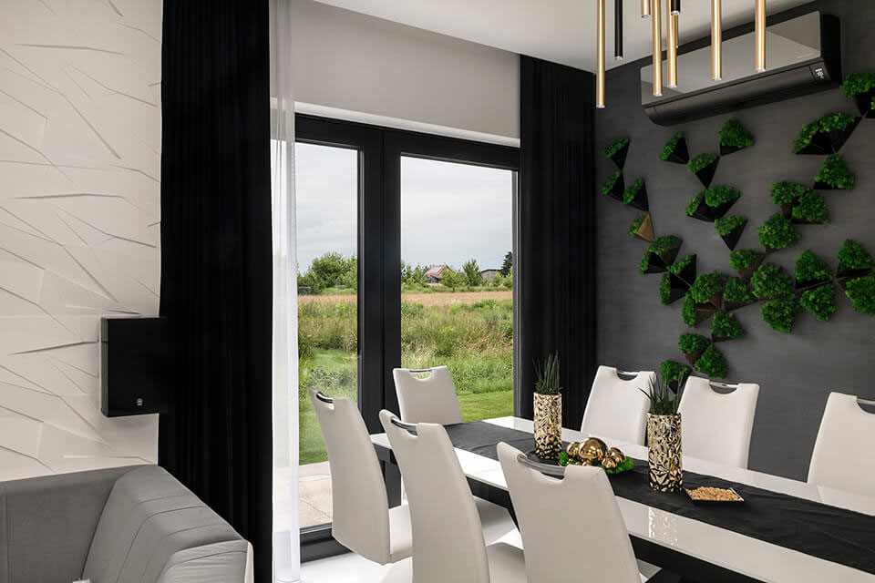 Czarne okna w salonie