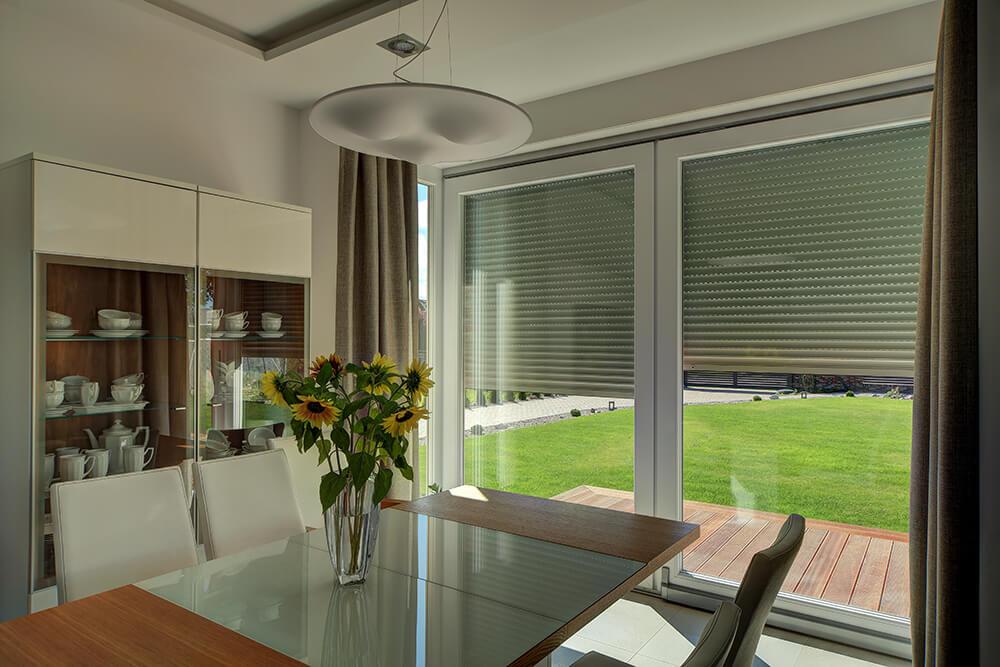Osłony zewnętrze pozwalają zredukować całkowity współczynnik przepuszczalności energii słonecznej okna.